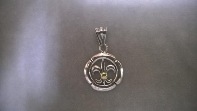 edfc44390749 Dije flor de liz de plata y oro   El Jagüel Estilo Criollo