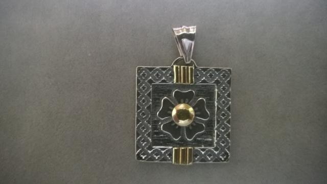5e9e5ee26741 Dije trebol con guarda de plata y oro   El Jagüel Estilo Criollo