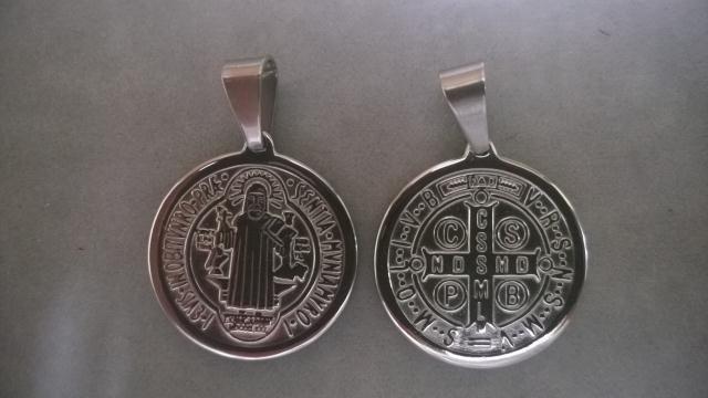 e7b6bfd0bc34 Dije San Benito en relieve de acero quirurgico   El Jagüel Estilo ...
